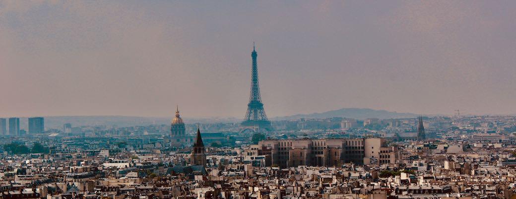 París, Francia viajando en coche